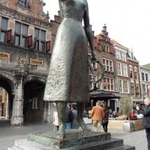 De uitsteker aan de voeten van Mariken van Nimwegen in Nijmegen door Laura en Lisanne Tolsma
