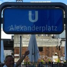 Bij metrostation Alexanderplatz in Berlijn door Sieny Tippersma